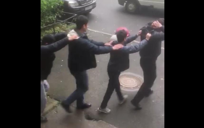После массовой драки мигрантов в Петербурге задержаны 43 иностранца. Фото Все - скриншот YouTube