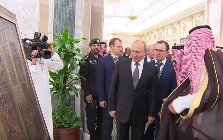 Король Саудовской Аравии подарил Владимиру Путину картину. Фото скриншот https://www.youtube.com/watch?v=HSDjdrTjm2o, Скриншот Youtube