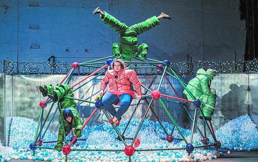 """Маленькие заложники системы гуляют за забором, увенчанным новогодней колючей проволокой с огоньками. Фото пресс-служба Театра на Таганке, """"Metro"""""""