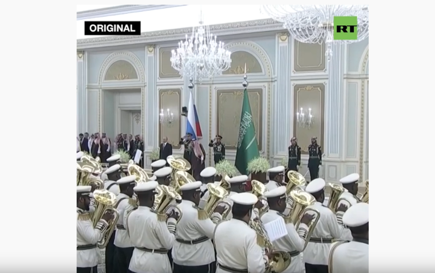 "Путин слушал гимн спокойно и без эмоций. Фото https://www.youtube.com/watch?v=t9CZuCuKfUA, ""Metro"""