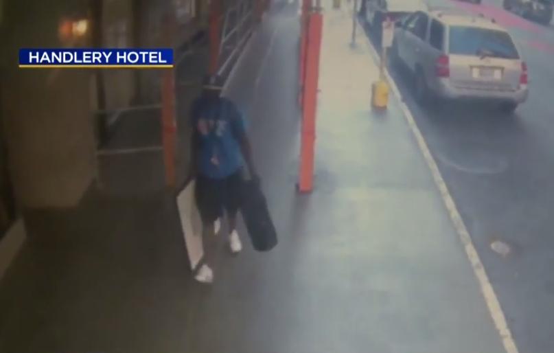 Похититель попал на камеру слежения. Фото скриншот https://www.youtube.com/watch?v=SIkzRiOZrd0, Скриншот Youtube