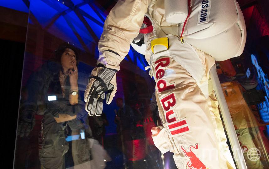 """Справиться с клаустрофобией во время тренировок Баумгартнеру помогали специалисты, причём особенно она мучила скайдайвера в этом скафандре. В нём он и преодолел звуковой барьер. Фото Святослав Акимов, """"Metro"""""""