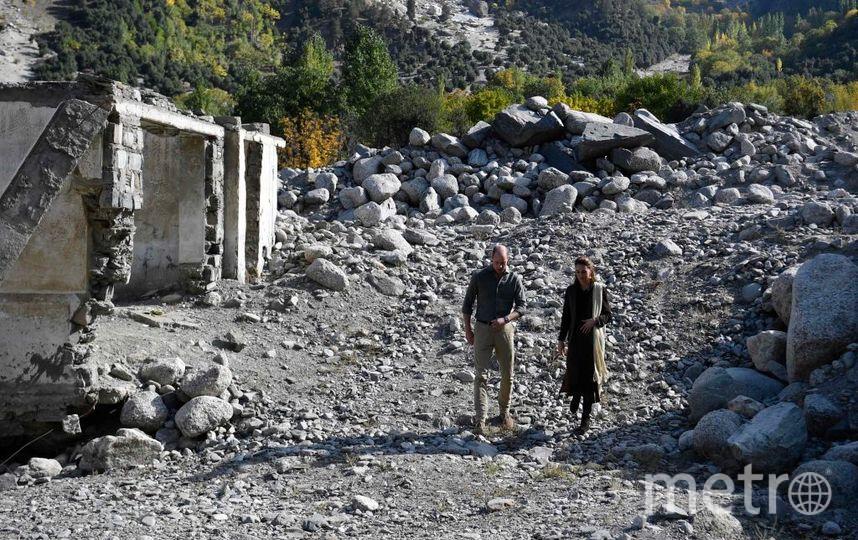 Кейт и Уильям на руинах разрушенной наводнением деревни. Оно произошло из-за таяния ледников в горах. Фото Getty