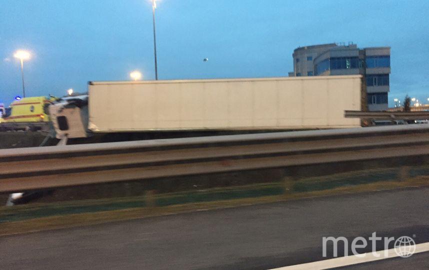 """Фура опрокинулась на заезде на КАД. Фото https://vk.com/spb_today, """"Metro"""""""