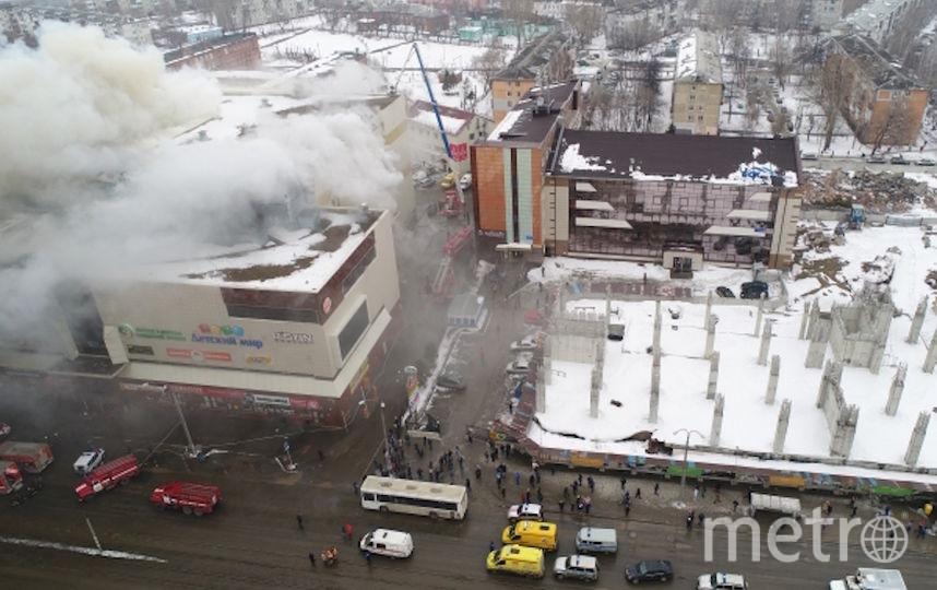 Охваченный пожаром ТЦ. Фото РИА Новости