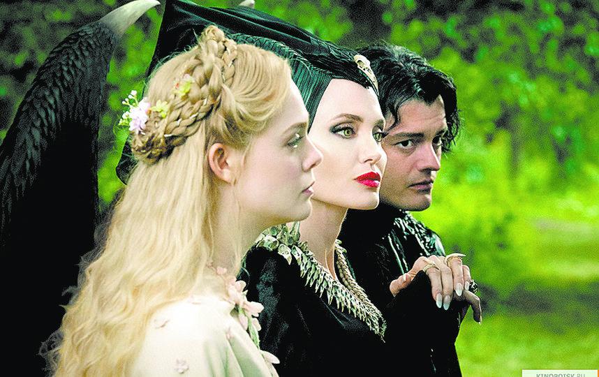 Эль Фаннинг, Анджелина Джоли и Сэм Райли. Фото WDSSPR