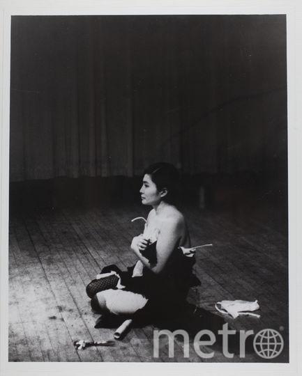 """Кадр с перформанса Йоко Оно """"Отрежь"""", который она проводила в 1964 году в Карнеги-холл. Фото Минору Ниизума"""