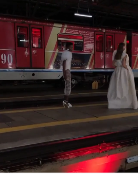 """Показ проходил в депо в Москве. Фото https://www.instagram.com/p/B3vRrkvFW8f/?igshid=of3lw561ly3s, """"Metro"""""""
