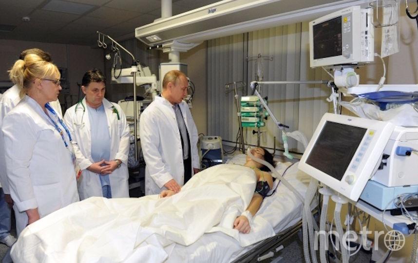 Мария Комиссарова вскоре после травмы, в палате с нею – президент России Владимир Путин. Фото РИА Новости