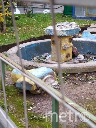"""Во дворе на Нарвском проспекте демонтировали фигуры рыб и водолаза ради установки современной детской площадки. Фото  vk.com/ekateringofsky, """"Metro"""""""