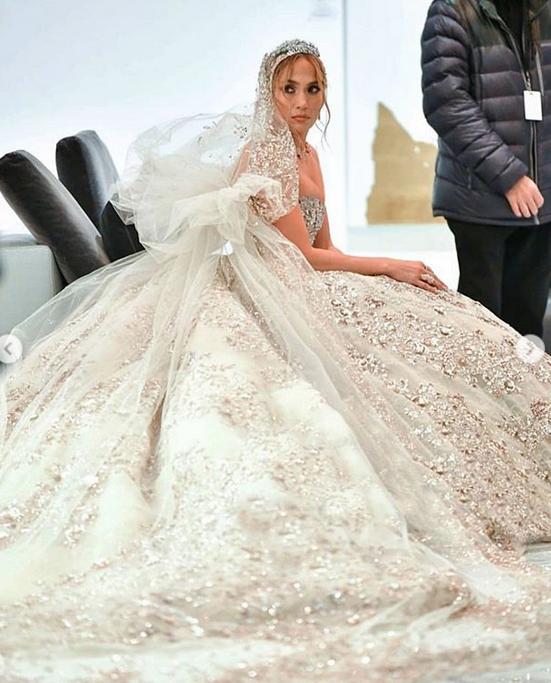 Фото Дженнифер Лопес в свадебном платье появились в Сети. Фото скриншот https://www.instagram.com/fashionfortrends/