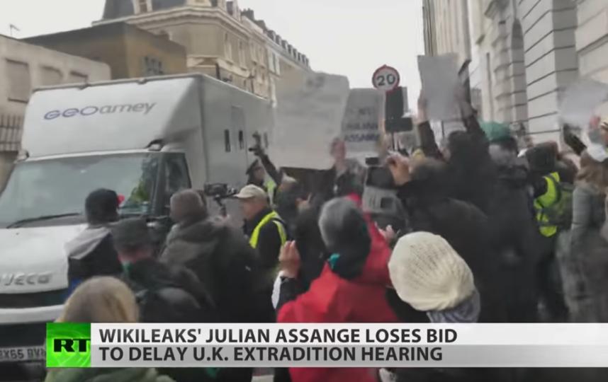 Фургон с Джулианом Ассанжем. Фото Скриншот Youtube