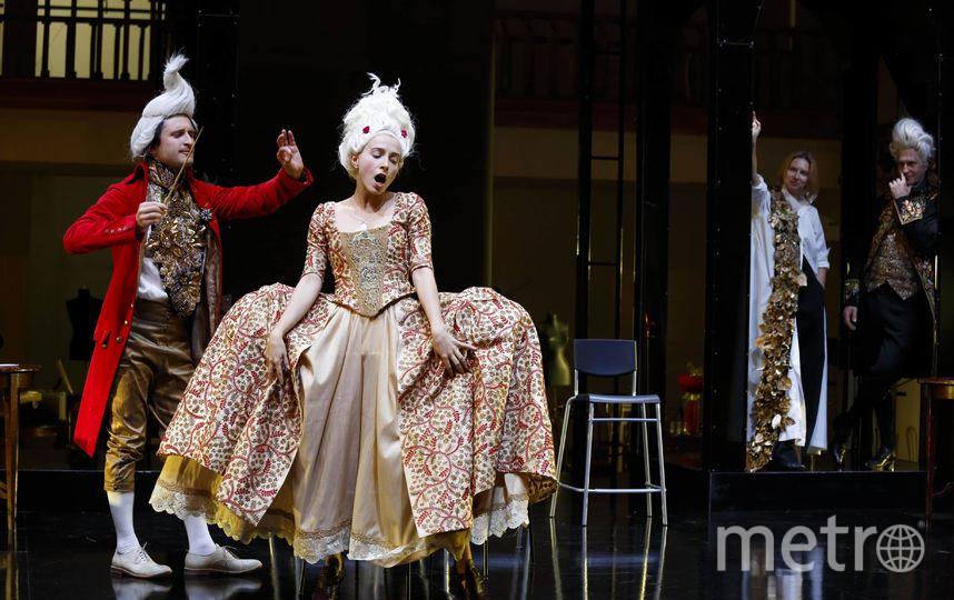 Шевалье Дансени (Анзори Шагидзе) даёт урок музыки будущей невесте графа де Жеркура,  17-летней Сесиль Воланж (Алиса Рыжова). Фото Наталия Чебан, Предоставлено организаторами