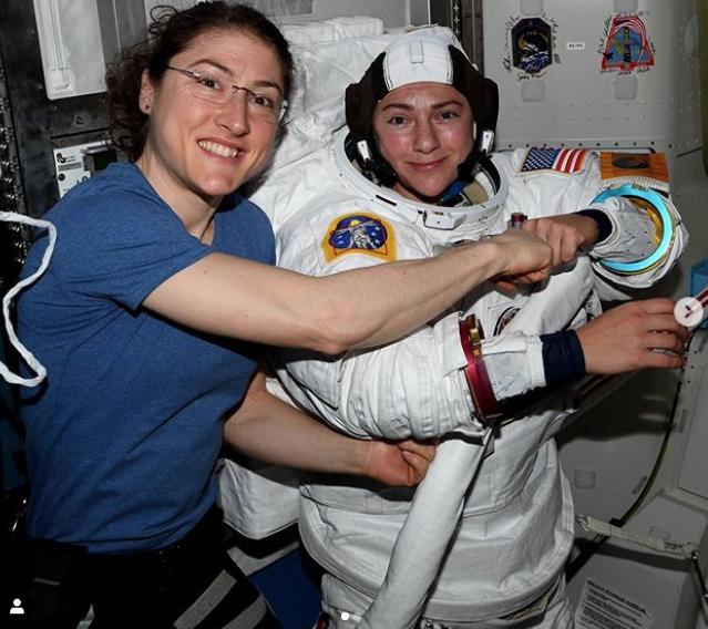 Кристина Кук и Джессика Меир во время подготовки к выходу в открытый космос. Фото Instagram @ astro_jessica