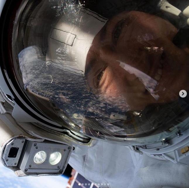 Селфи Кристины Кук в открытом космосе. Фото Instagram @nasa