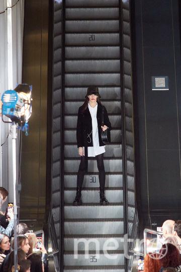"""Модели спускались на платформу по работающему эскалатору. Фото Григорий Матвеев, """"Metro"""""""
