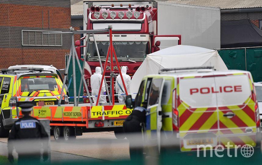 Полицейские оцепили место, где нашли грузовик с трупами. Фото AFP