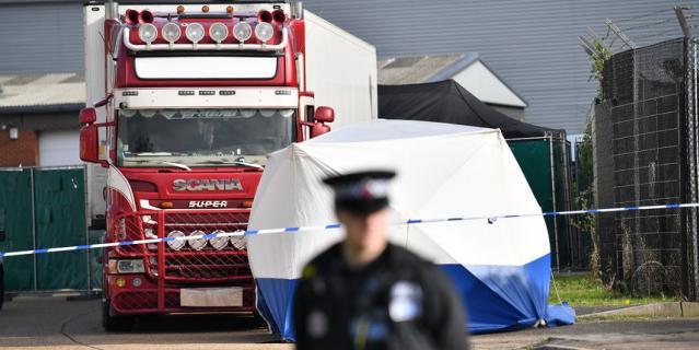 Полицейские оцепили место, где нашли грузовик с трупами.