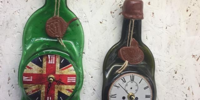 Часы в виде бутылок.