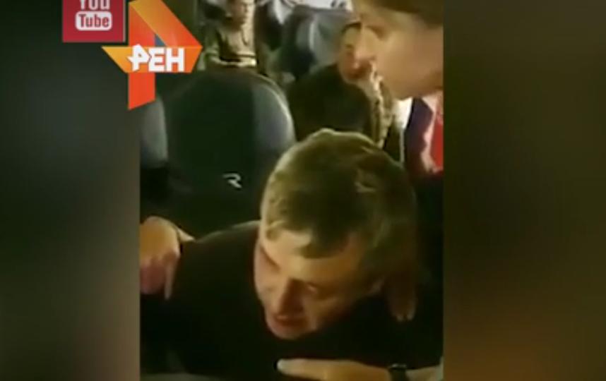 Любовные утехи двух пассажиров на борту самолета Москва-Владивосток попали на видео. Фото скриншот видео https://ren.tv/novosti