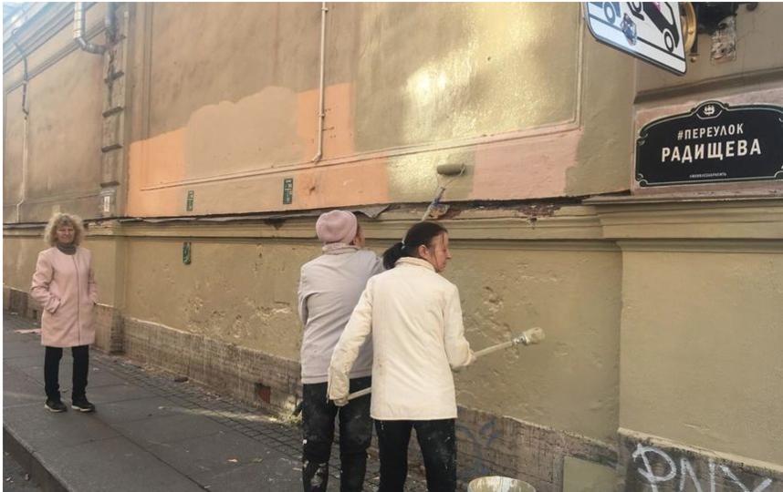 Коммунальщики закрасили почти все фрески в переулке Радищева. Фото liteynyokrug, vk.com
