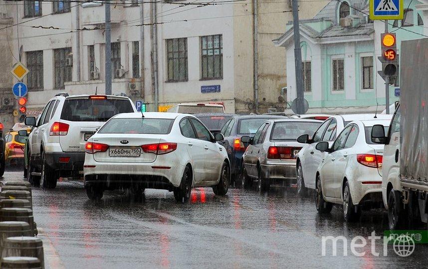 ЦОДД просит москвичей не выезжать на дороги на летней резине. Фото Василий Кузьмичёнок