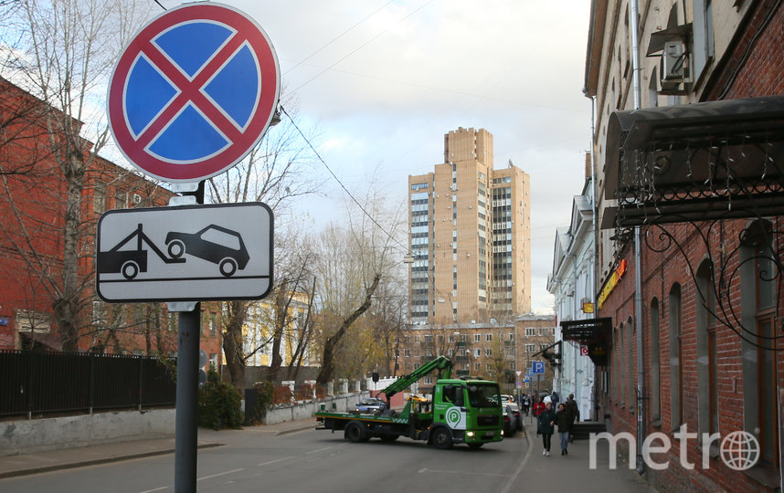 Та самая парковка на Казакова. Фото Василий Кузьмичёнок