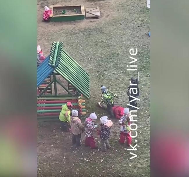 В Ярославле очевидцы сняли на видео массовое избиение детьми одногруппницы в детском саду.