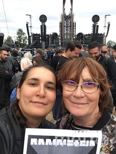 "...я фанат Rammstein. С дочкой в Риге на концерте группы. Татьяна Новиченкова, 68 лет. Фото ""Metro"""