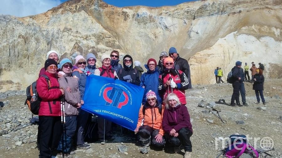 """Камчатка-2019. Действующий вулкан Мутновский(2322м над уровнем моря), подъём 3,7 км . Все поднялись, хотя самой """" молодой"""" за 80. Вот это не бабушки, а ого го: молодцы!!! Фото """"Metro"""""""