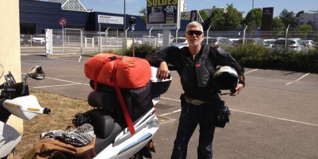 В 55 лет я купил себе современный велосипед и на следующий год совершил на нем путешествие по югу, проехав от Джанкоя до Анапы. В 65 лет сдал на мото права и купил максискутер. В первый же год объехал на нем всю Ленинградскую область, а дальше – больше. В 2018 году совершил самое протяженное мотопутешествие, проехав от Петербурга через всю Европу до побережья пролива Ла-Манш. В 2019 году съездил в Беловежскую пущу. А дальше – больше, строю планы на мотосезон 2020 года. Кто со мной?
