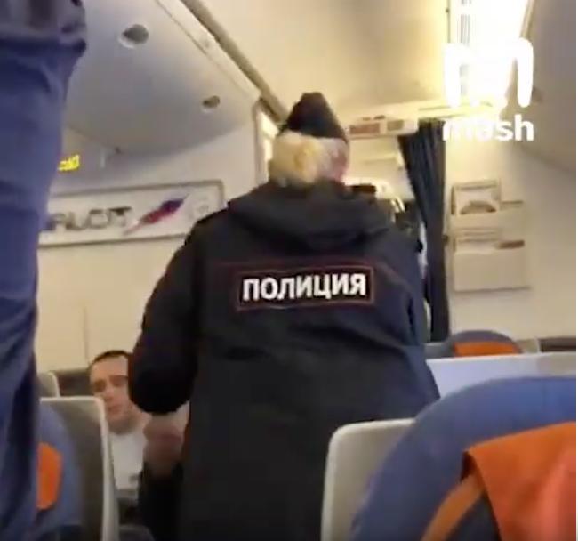 Скриншот видео из салона самолёта. Фото youtube.com/watch?v=wZ3tGRWPzsM