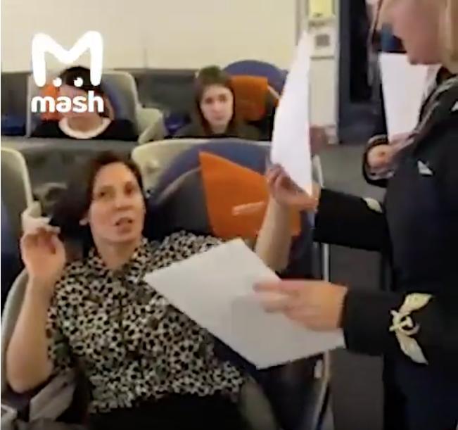 Скриншот видео из салона самолёта. Фото youtube.com/watch?v=Q9OVxc1K-qE