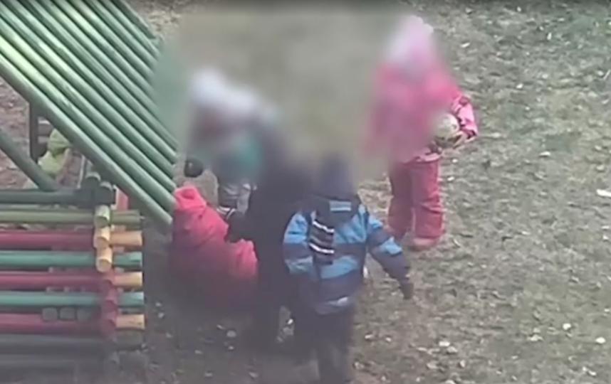 Маленькую девочку ногами и руками избивали одногруппники - в ситуации разберется руководтсво детского сада. Фото все фото - скриншот видео https://vk.com/yar_live