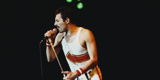 Фредди Меркьюри использовал каждый сантиметр сцены во время своих выступлений.