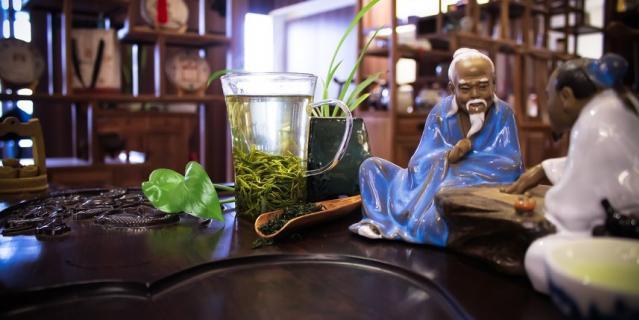 На чайной церемонии расскажут, как и где выращивают тот или иной сорт чая.