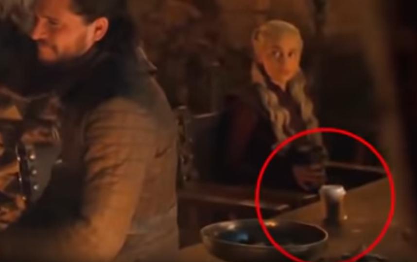 Внимательные фанаты заметили на столе посторонний предмет, напоминающий по форме бумажный стаканчик с кофе. Фото скриншот: https://www.youtube.com/watch?v=23P7wk1US6w