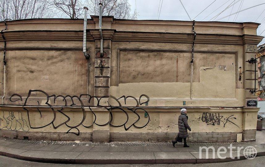 В Петербурге на месте фресок в переулке Радищева появились рисунки вандалов. Фото Олег Лукьянов, vk.com