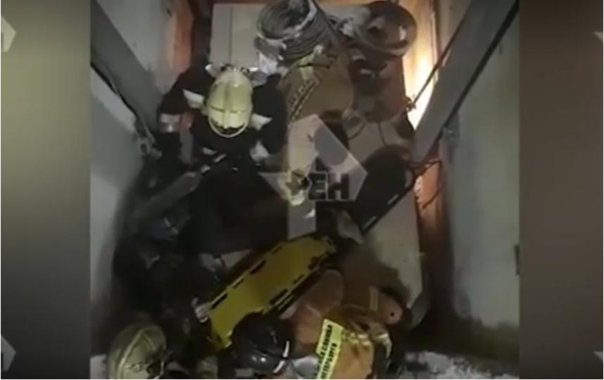 Грузовой лифт рухнул в здании в Невском районе. Фото скриншот видео ren.tv