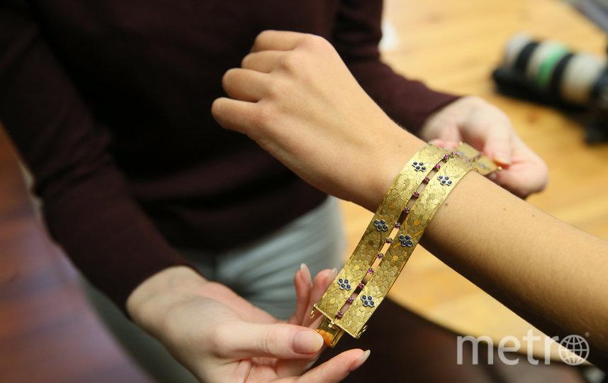 Золотой браслет с сапфирами и рубинами облегает руку словно полоска ткани, тем и интересен. Фото Василий Кузьмичёнок