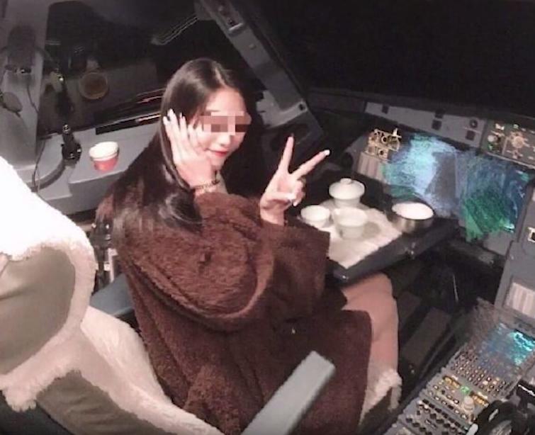 Пилота пожизненно отстранили от полётов за то, что он впустил в кабину пассажирку. Фото Скриншот https://www.youtube.com/watch?v=tIVwnD_k6kE, Скриншот Youtube