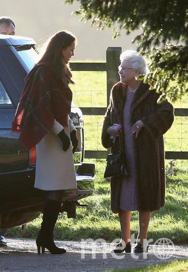 2013-й год - на Рождественскую службу королева выбрала мех. Фото Getty
