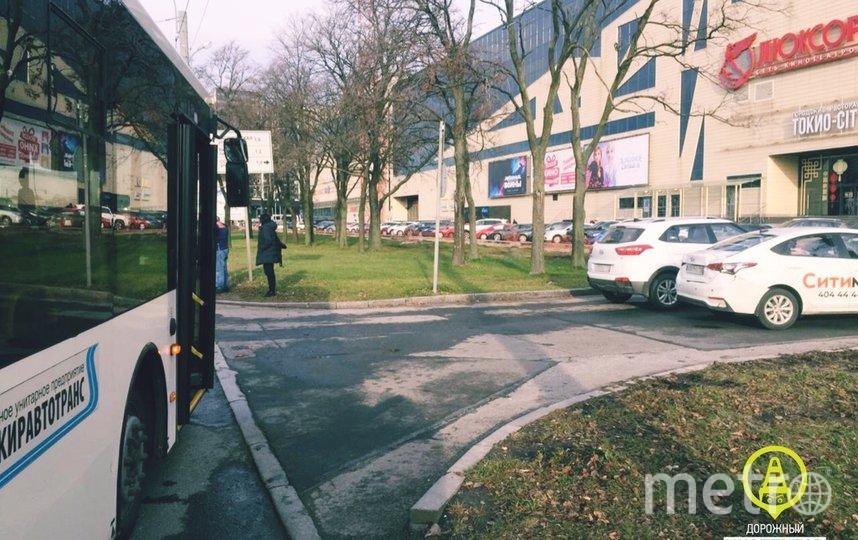 "ДТП случилось у метро. Фото https://vk.com/dorinspb, ""Metro"""