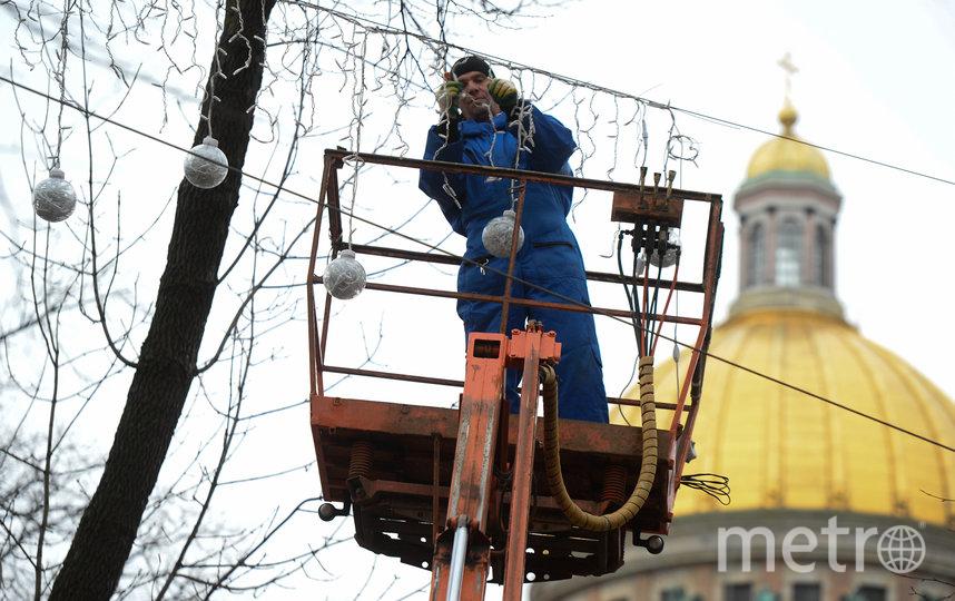 """На Конногвардейском бульваре уже установили шары и гирлянды на тросах – всё вместе называется «Следы зимы». Монтируют их максимально безопасно для деревьев. Фото Святослав Акимов, """"Metro"""""""