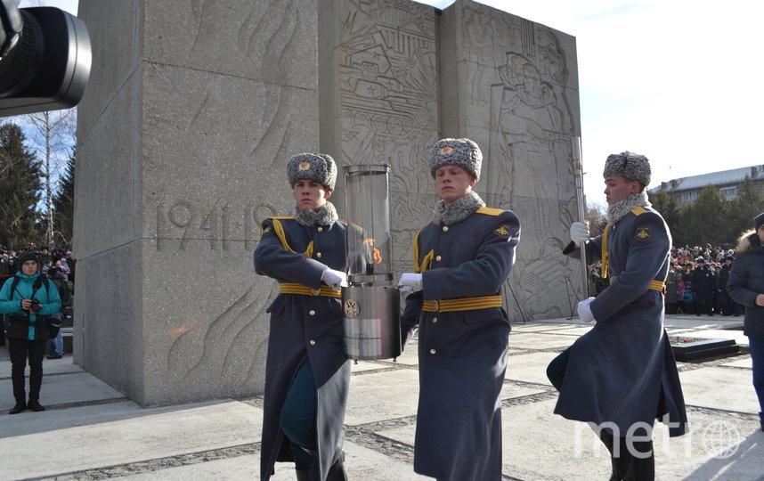 Ночь Вечный огонь провел на Чкаловском заводе, откуда его доставили на бронетранспортере на мемориальный комплекс Монумент Славы. Фото Правительство НСО