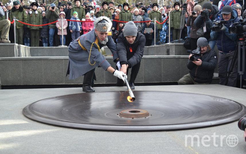 Честь зажжения Вечного Огня на Монументе Славы была предоставлена студенту НГТУ Ивану Жендоренко за его подвиг – два года назад он спас людей из горящего дома. Фото Правительство НСО