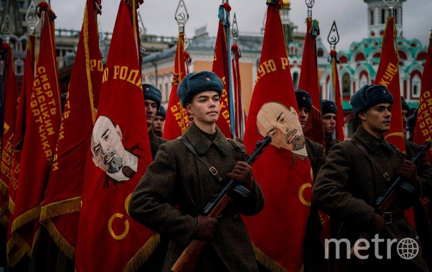 По данным мэрии, в марше в память о параде 7 ноября 1941 года участвовало около четырёх тысяч человек. В том числе почётный караул трех видов Вооруженных сил РФ, военный оркестр, воспитанники суворовских училищ, кадеты, военнослужащие Минобороны РФ, а также 600 артистов и 250 волонтёров. Фото AFP