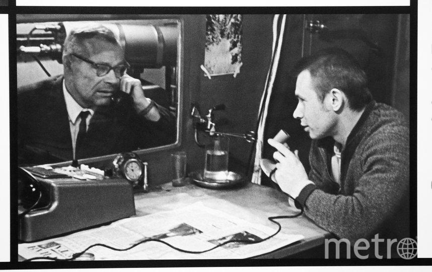 На выставке есть фото, где запечатлён сеанс связи Бориса Улыбышева (справа) с психологом во время проведения эксперимента «Год в «Звездолёте». Фото Василий Кузьмичёнок