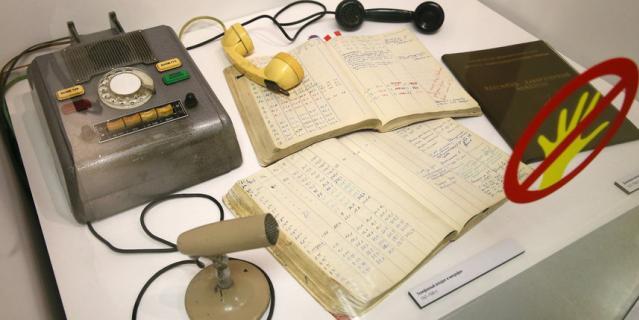 Те самые телефон и микрофон, которые использовали участники эксперимента.