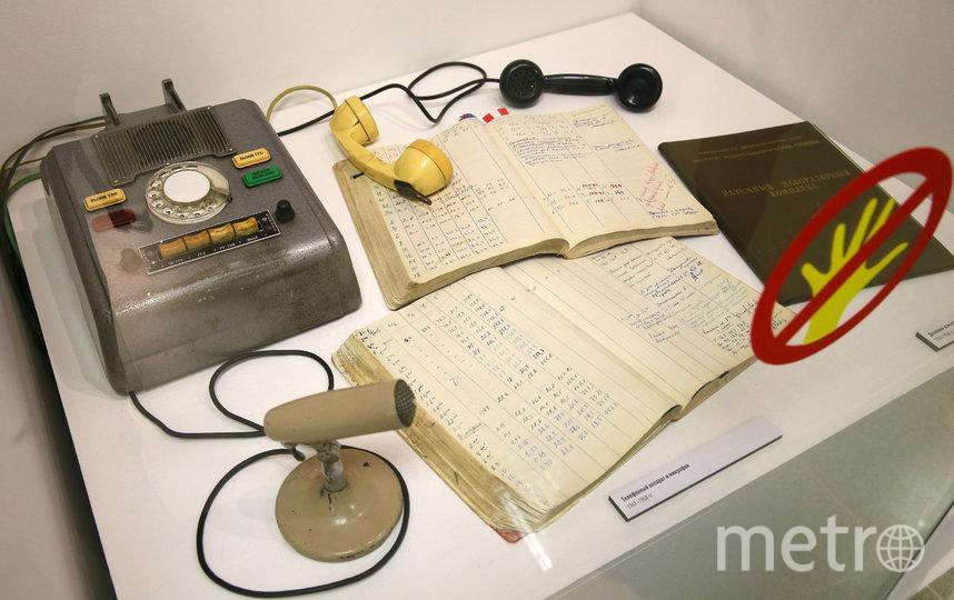 Те самые телефон и микрофон, которые использовали участники эксперимента. Фото Василий Кузьмичёнок